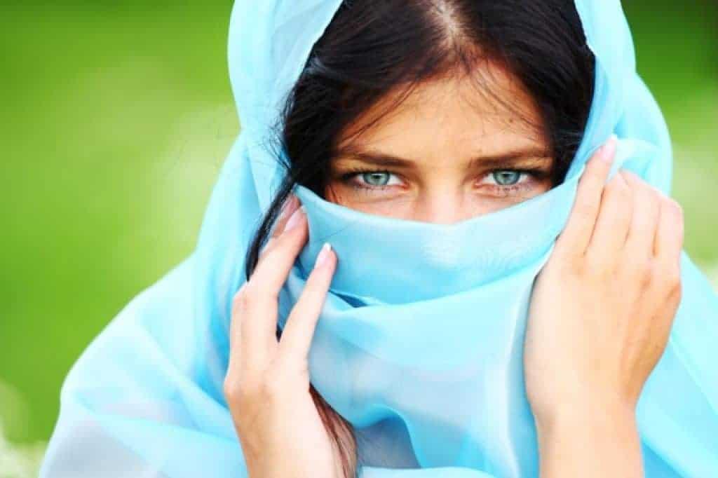 Retrato de mujer con tela azul