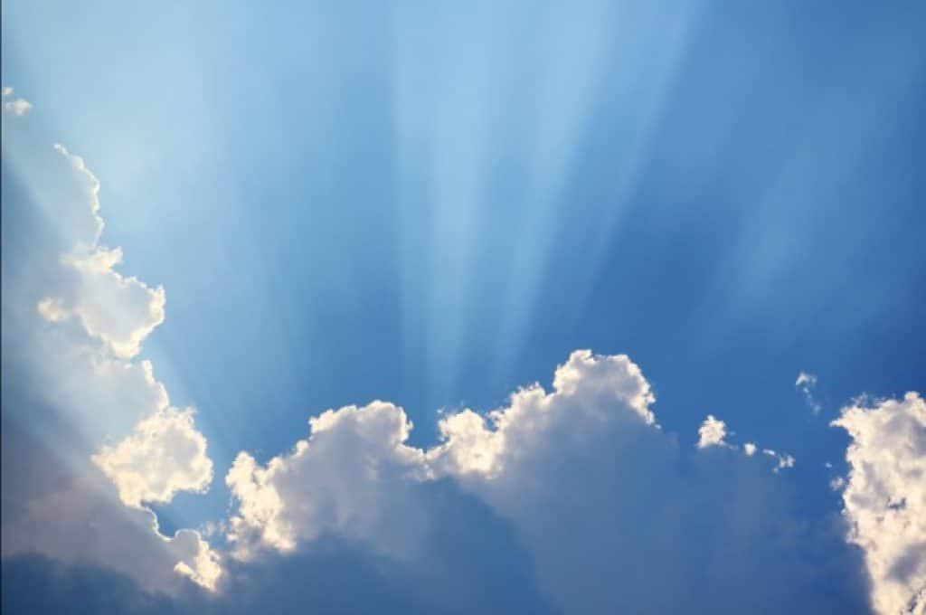 Nube abstracta y rayos de sol en el cielo