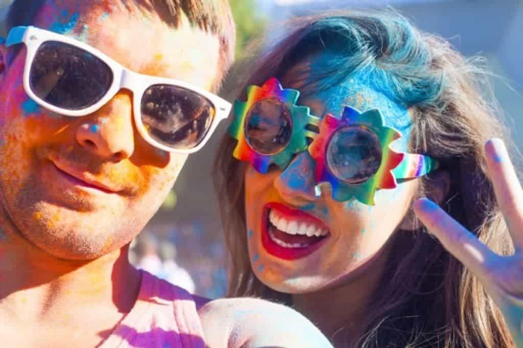Retrato de pareja feliz en colores