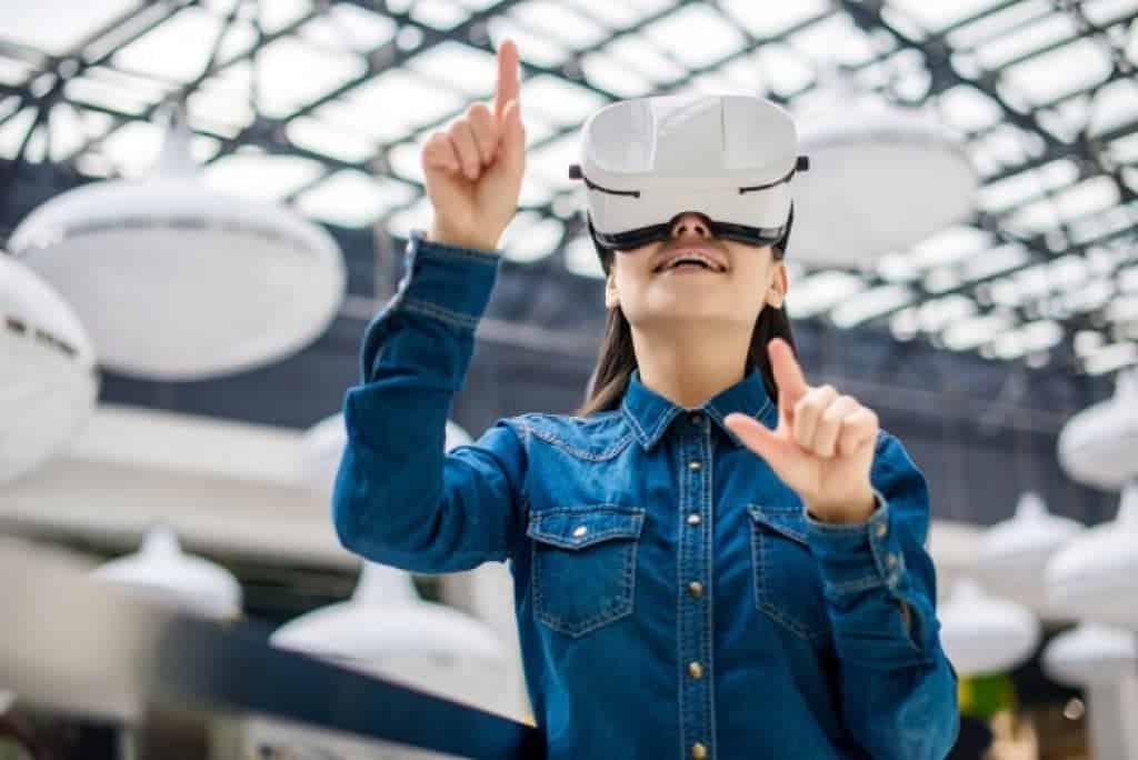 Mujer usando gafas de realidad virtual