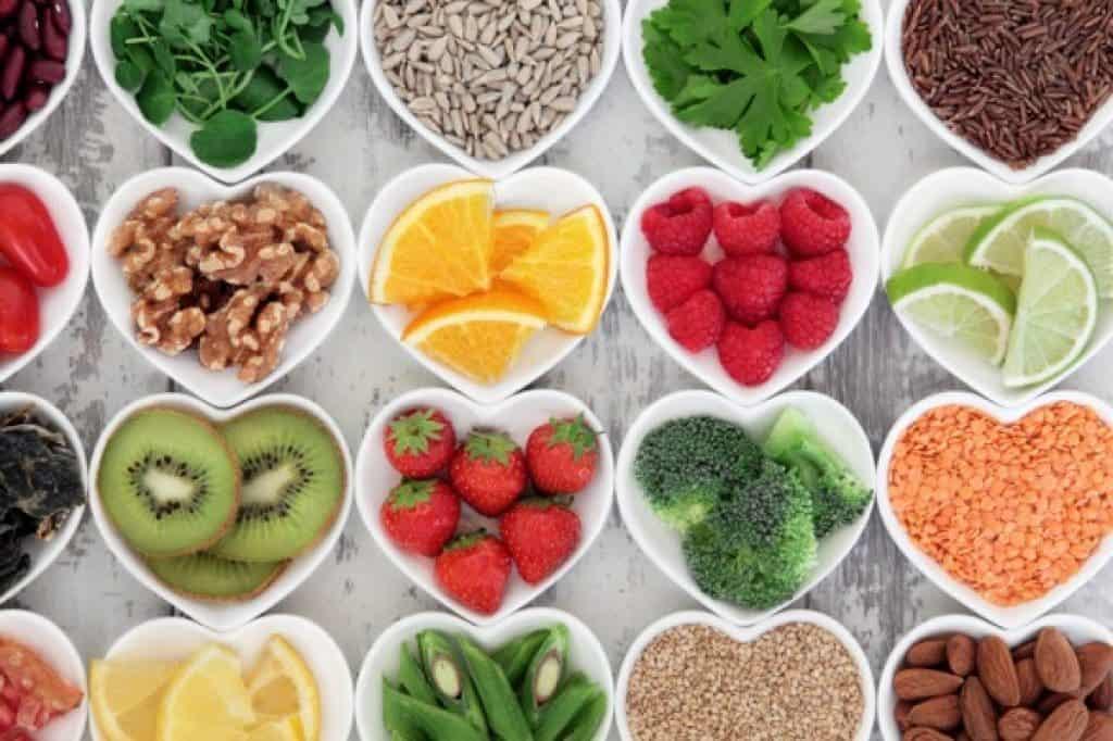 Selección de comida para dieta saludable sobre fondo de madera