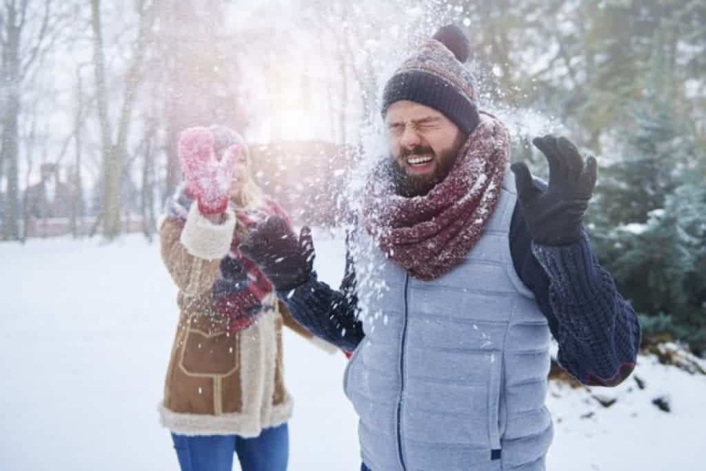 Hombre y mujer en sesión de fotos en exteriores