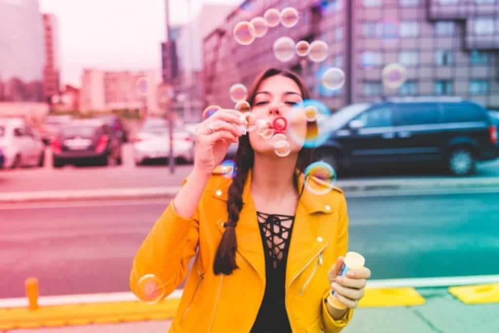 Mujer jugando con burbujas de jabón