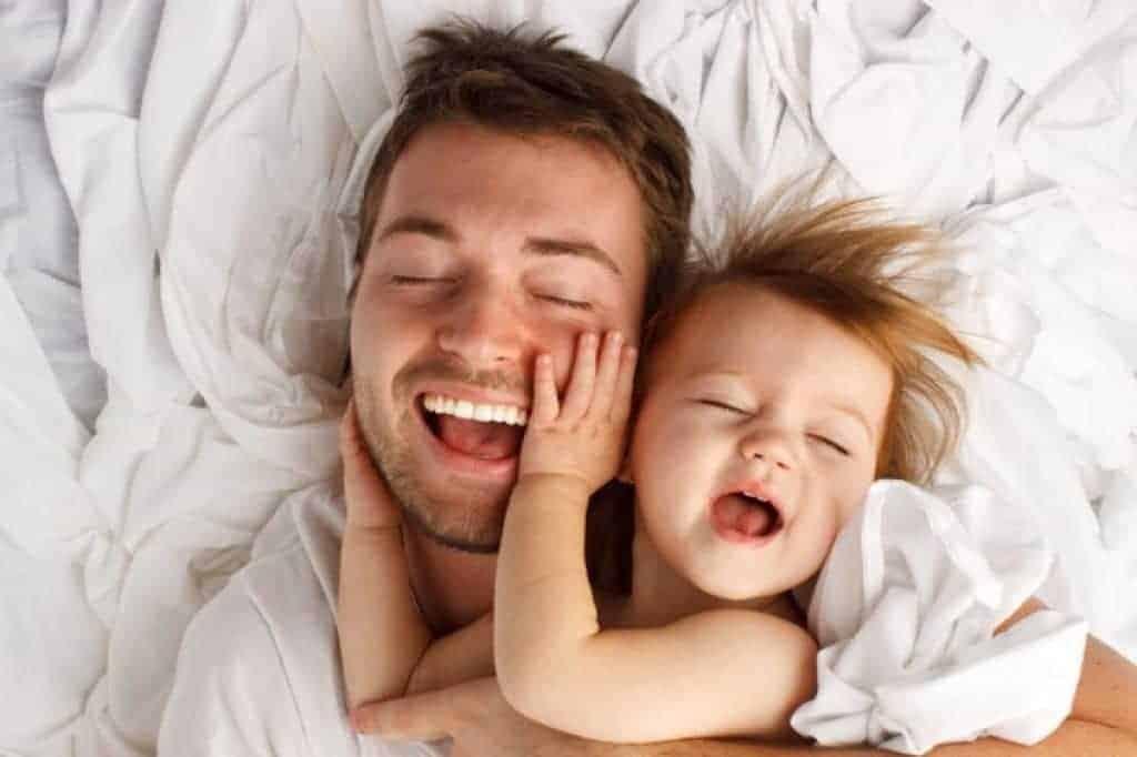 Padre e hija riendo y creando lazos