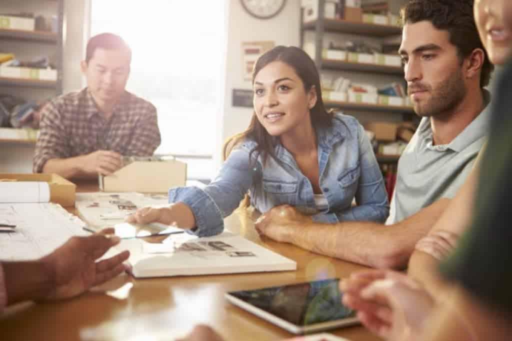 Cinco arquitectos en una reunión