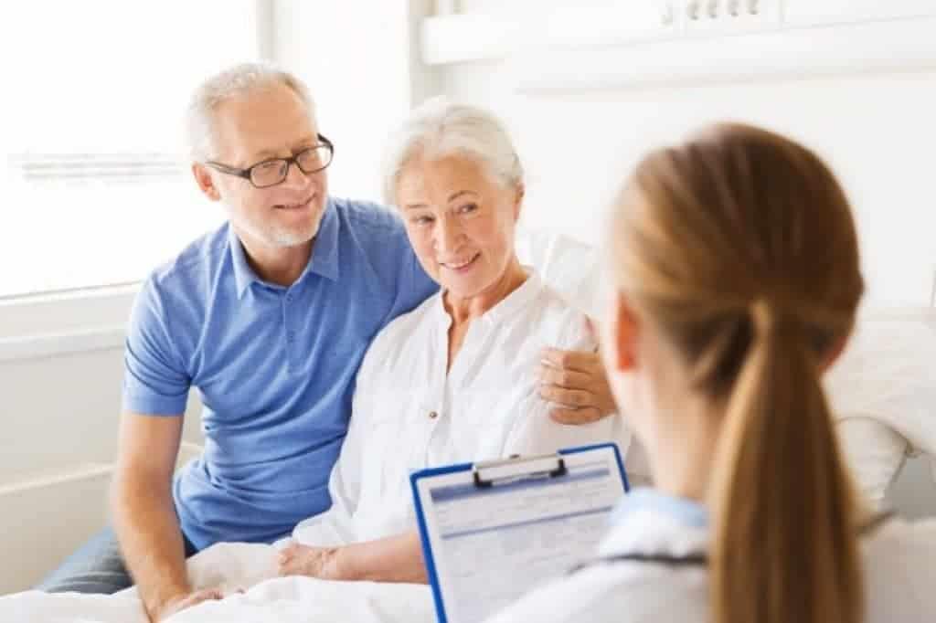 Mujer mayor, hombre y doctor en hospital