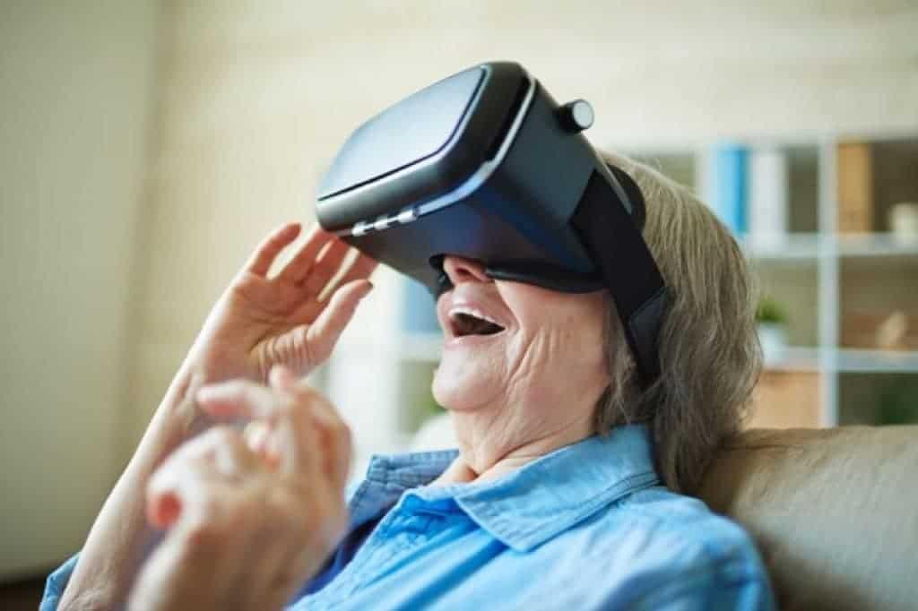 Mujer mayor usando gafas de realidad virtual