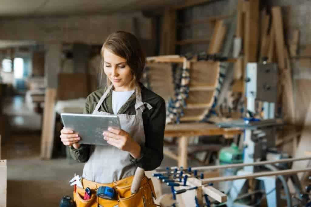 Mujer usando tablet en taller de trabajo
