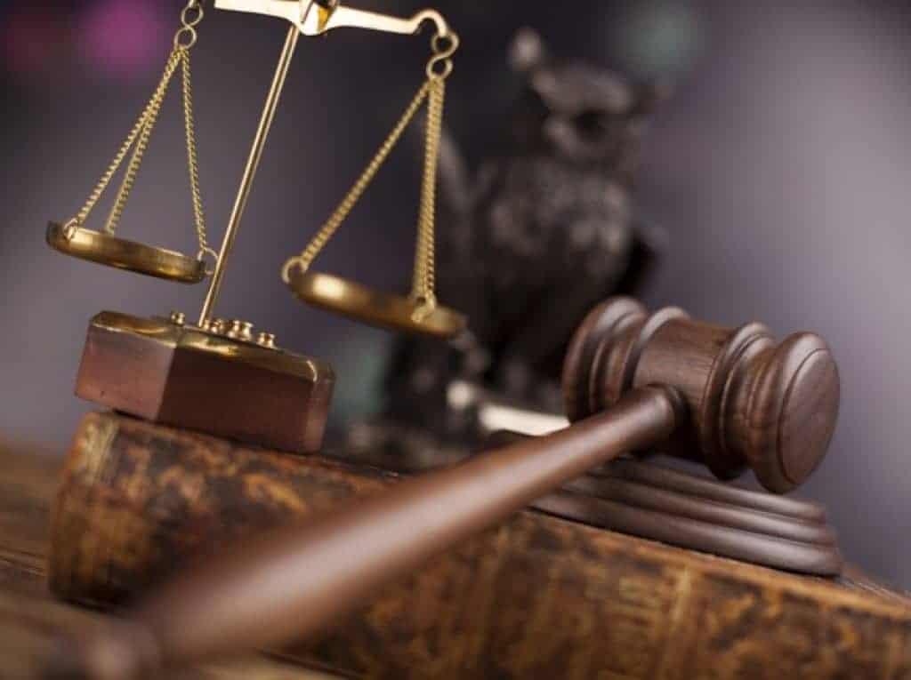 Mazo de juez sobre mesa