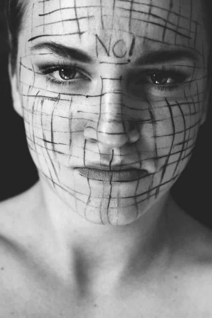 Retrato en blanco y negro de mujer