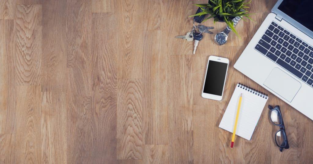 Vista desde arriba de un escritorio de oficina con espacio para texto