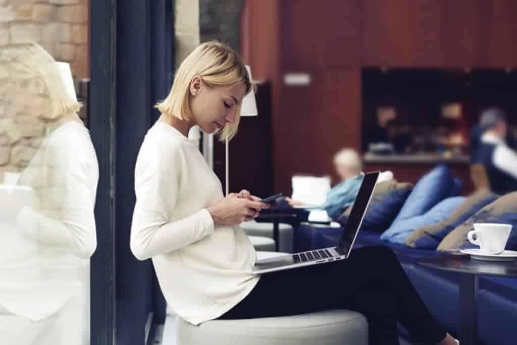 Mujer de negocios moderna trabajando en un café