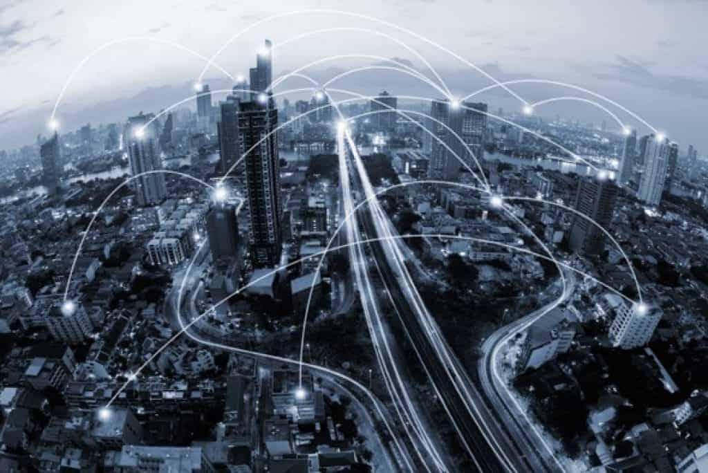 Paisaje urbano en tono azul y concepto de conexión de redes