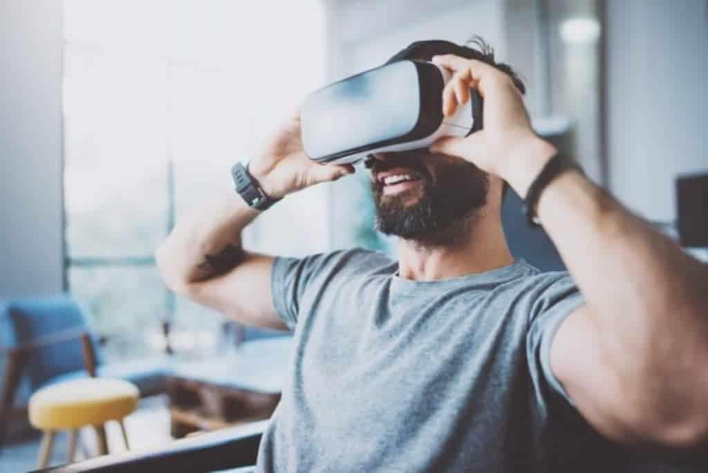 Hombre usando gafas de realidad virtual