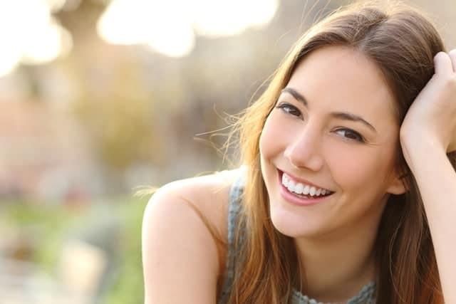 Retrato Exteriores Chica Sonriendo