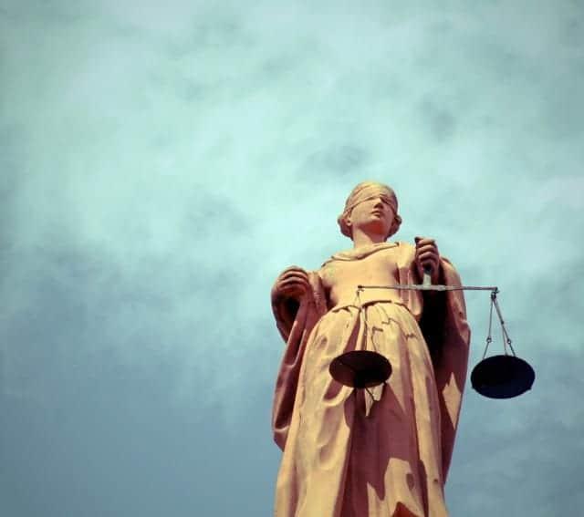 Estatua Justicia Cielo Azul