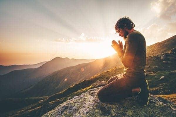 Hombre Rezando Atardecer Montaña Viaje