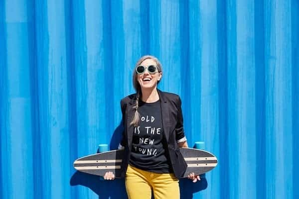 Mujer Mayor Moderna con Tabla de Skate