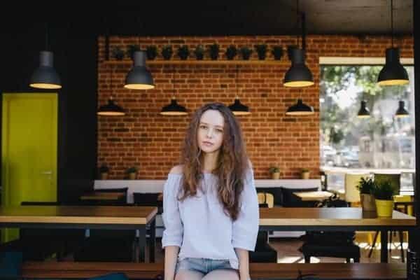 Retrato Mujer Rulos Cafeteria