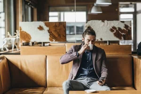 Hombre Emprendedor Tomando Cafe en Cafeteria