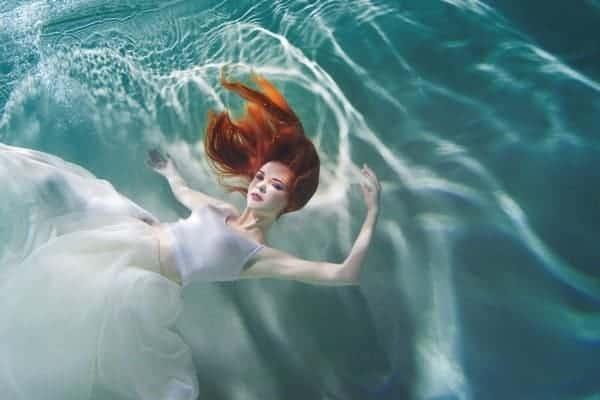 Mujer Bajo Agua Vestido Etereo