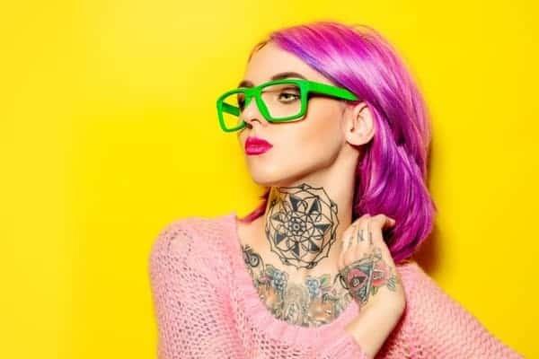 Mujer Pelo Violeta Lentes Verdes