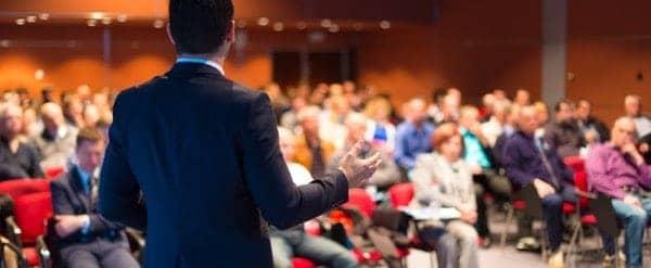 Hombre negocios conferencia multitud