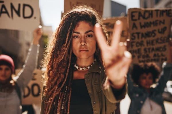 Joven Mujer Protestando Simbolo Paz