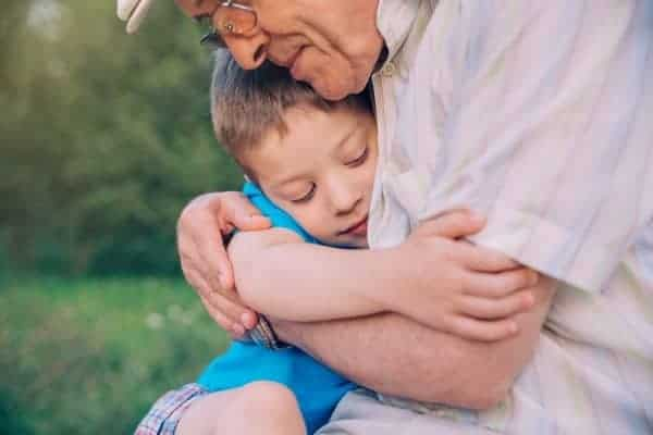 Abuelo abrazando nieto