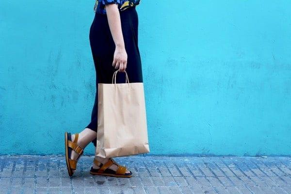Mujer Caminando con Bolsas de Compras