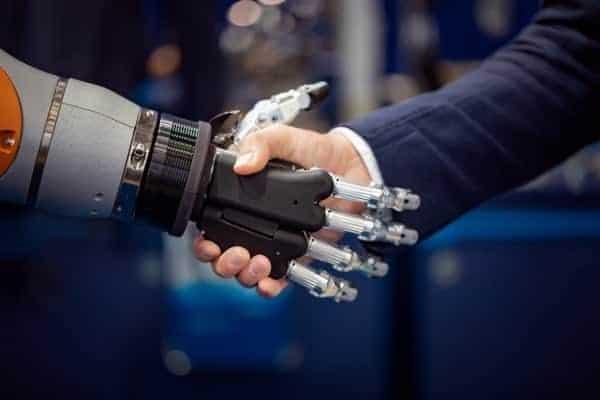 Hombre Estrecha Manos con Robot