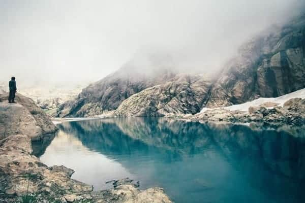 Hombre Montañas Lago Niebla