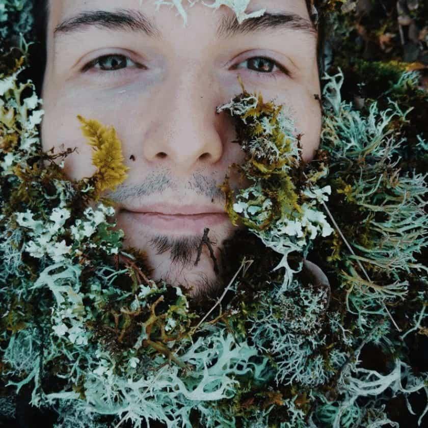 Hombre joven con barba de musgo