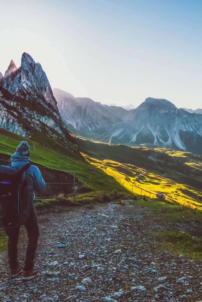 Un hombre haciendo senderismo en un paisaje precioso de montañas.